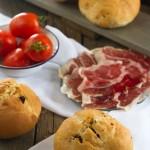 Pan con tomates secos y orégano