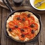 Focaccia de anchoas, tomate y romero