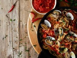 espaguetis vongole con salsa arrabiata
