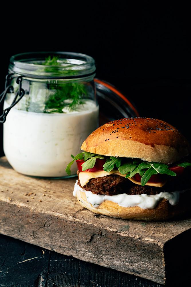 hamburguesa de luxe con salsa de yogur y pepino