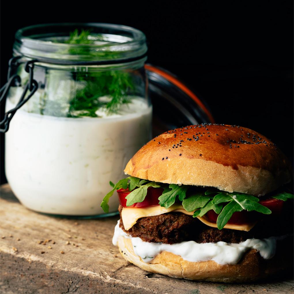 Hamburguesa deluxe con salsa de yogur y pepino